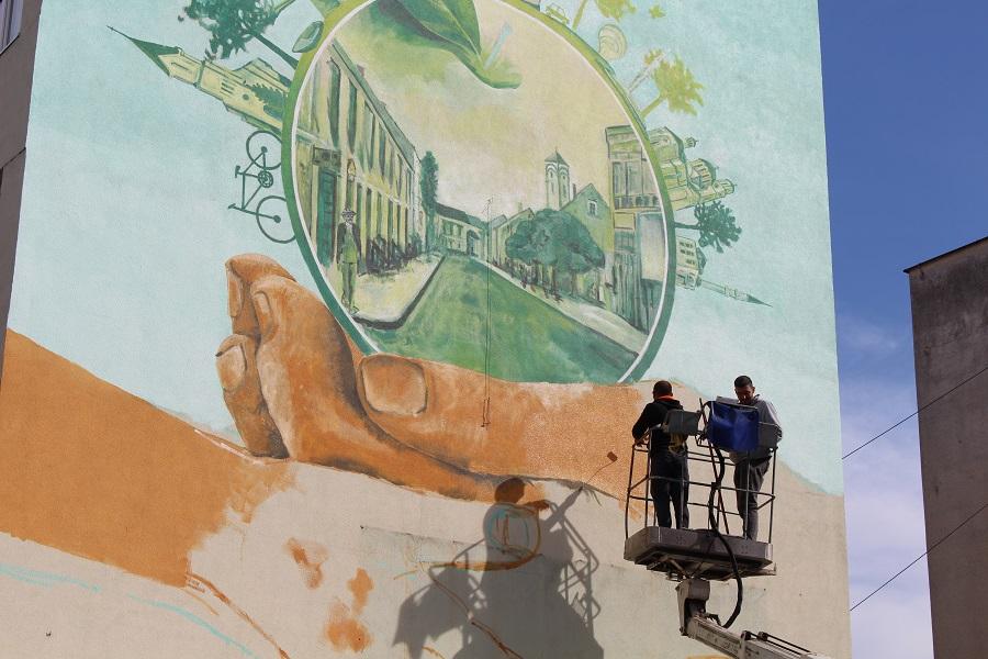 Сликари уређују фасаде у Градишки: Мурали унијели свјежину у срце града